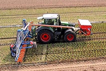 Traktor mit zwei Anbaugeräten