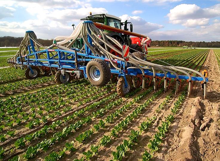 Traktor mit Anbaugerät
