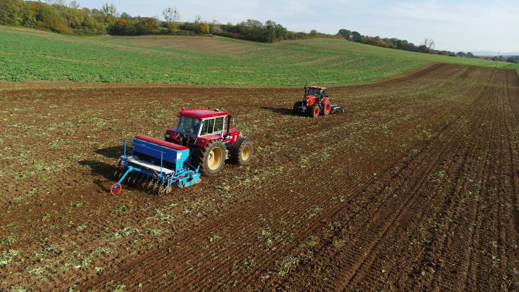 Schlüter bei Aussaat mit Reichhardt Lenksystem und Kobota zur Bodenbearbeitung